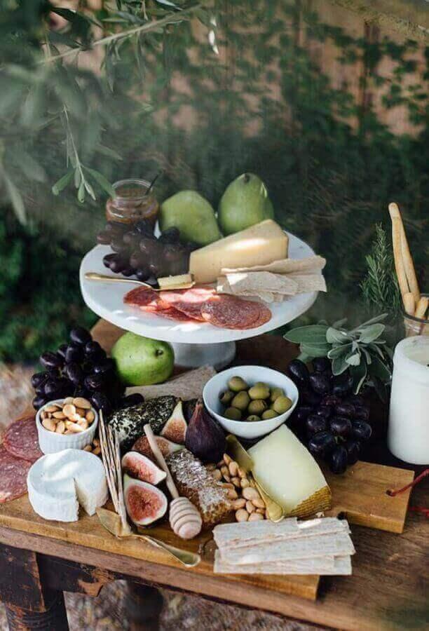 decoração rústica para mesa de frios e frutas para festa Foto Camille Styles