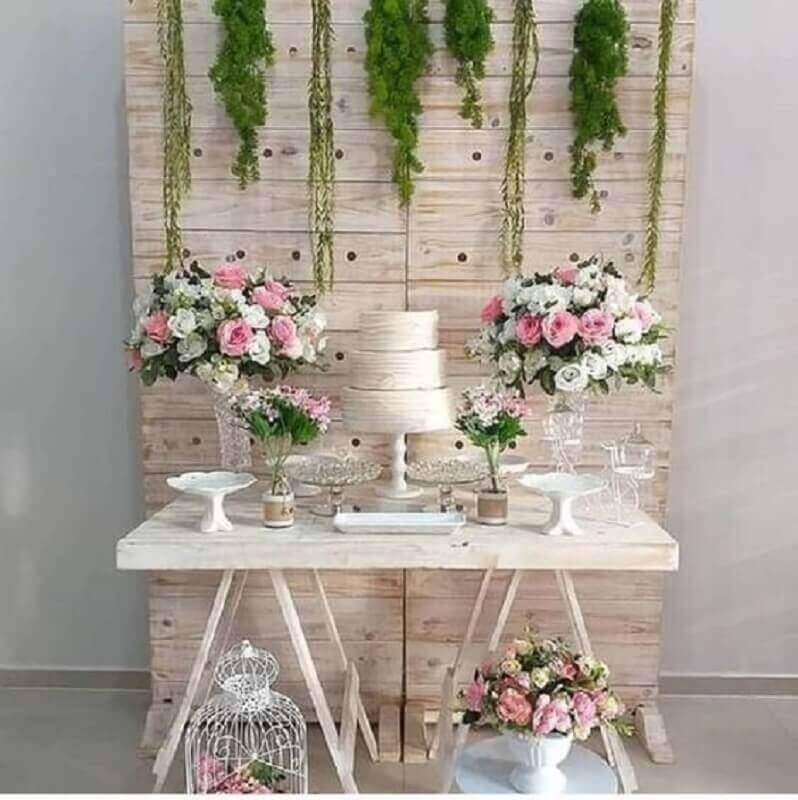 decoração rústica para mesa de noivado simples com arranjo de rosas Foto Pinterest