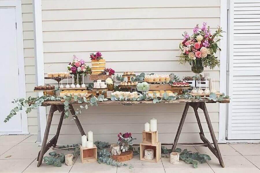 decoração rústica para mesa de noivado simples com folhagens velas e arranjos de flores Foto Simple Rustic