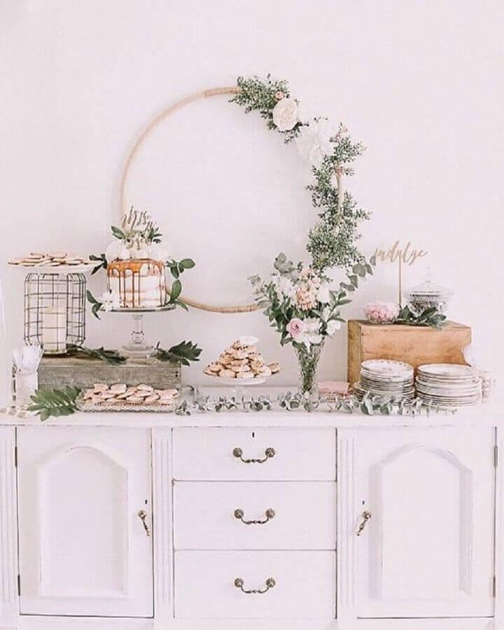 decoração romântica para noivado simples com arranjos de flores Foto Pinterest