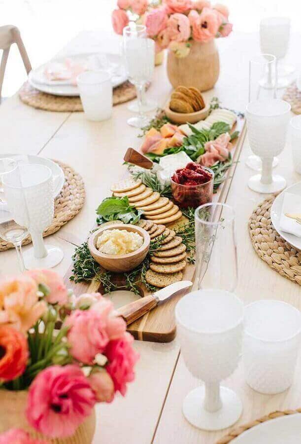 decoração romantica para mesa de frios para casamento Foto The TomKat Studio