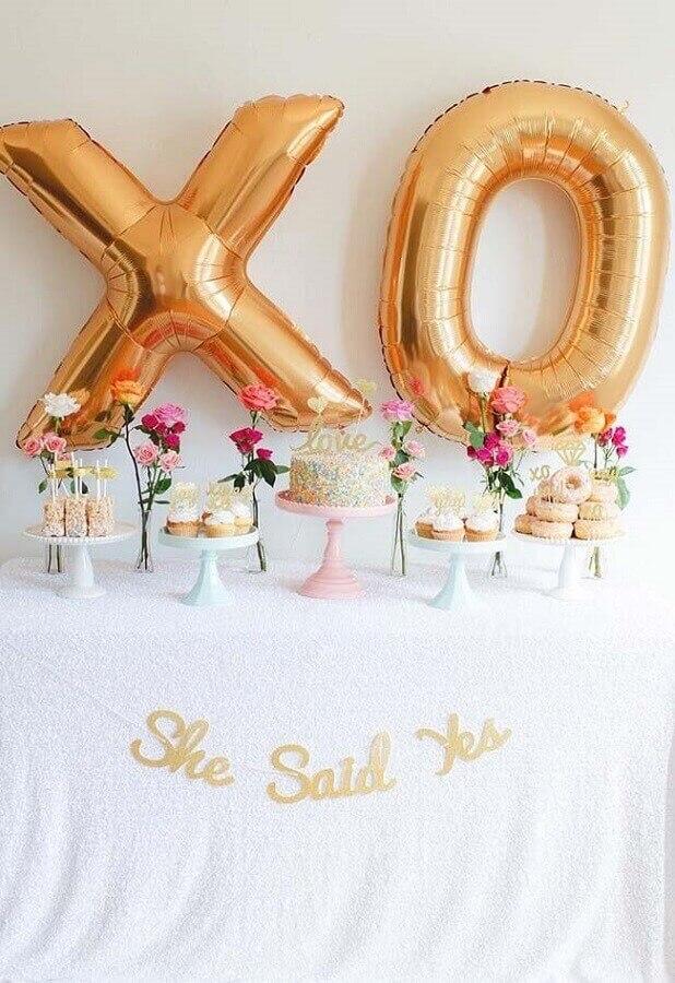 decoração simples de noivado com balões dourados e vários vasinhos com rosas Foto Pinterest