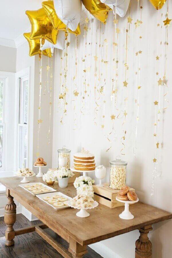decoração simples de noivado com balões em formato de estrela branco e dourado Foto Pinterest