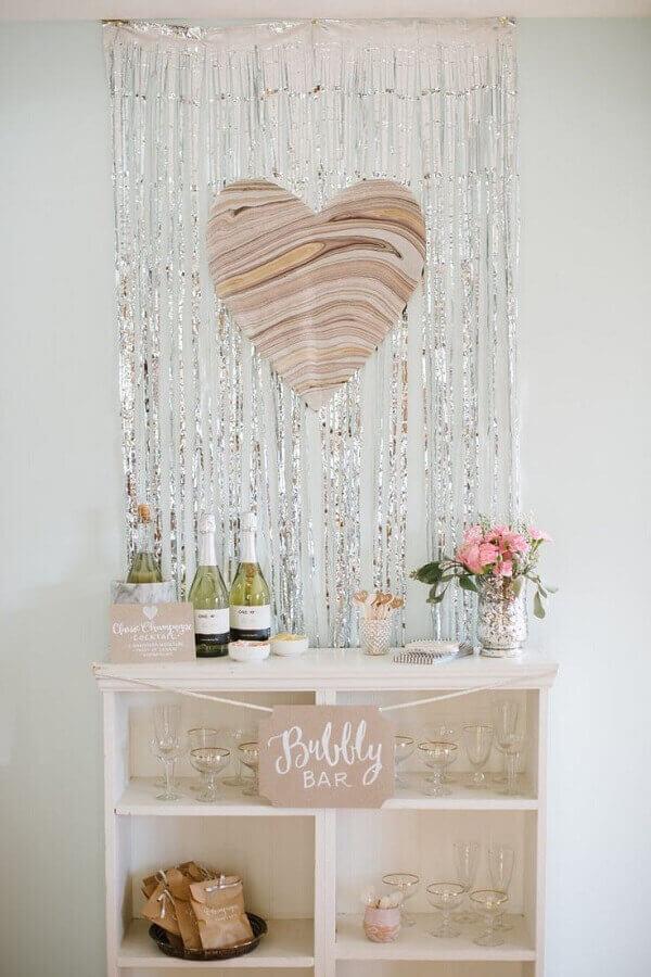 decoração simples de noivado com cantinho para bebidas Foto Pinterest