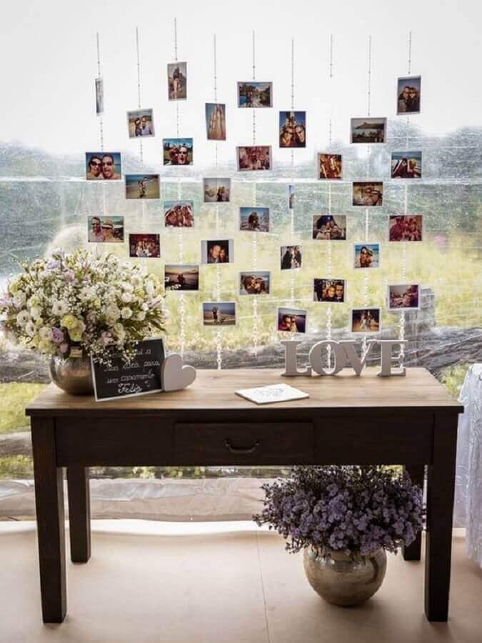 decoração simples de noivado com painel de fotos Foto Organizando Meu Casamento