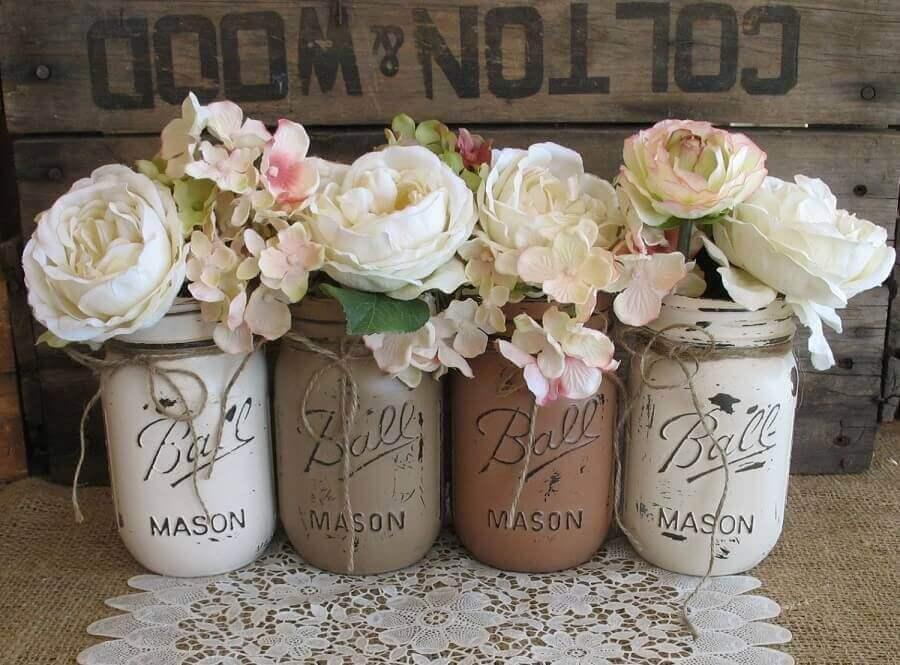 decoração simples de noivado com potes de vidro como vasinhos de flores Foto Wedding Decorations Referance