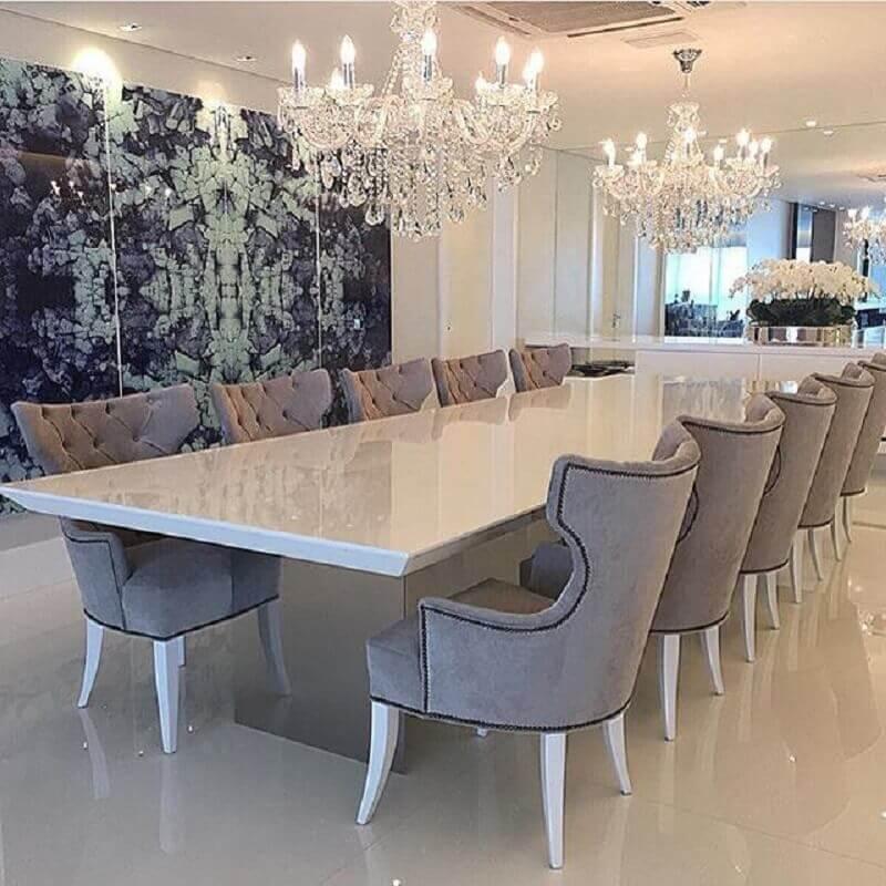 decoração sofisticada com dois lustres de cristal para sala de jantar com parede espelhada e cadeiras cinza Foto Você precisa decor