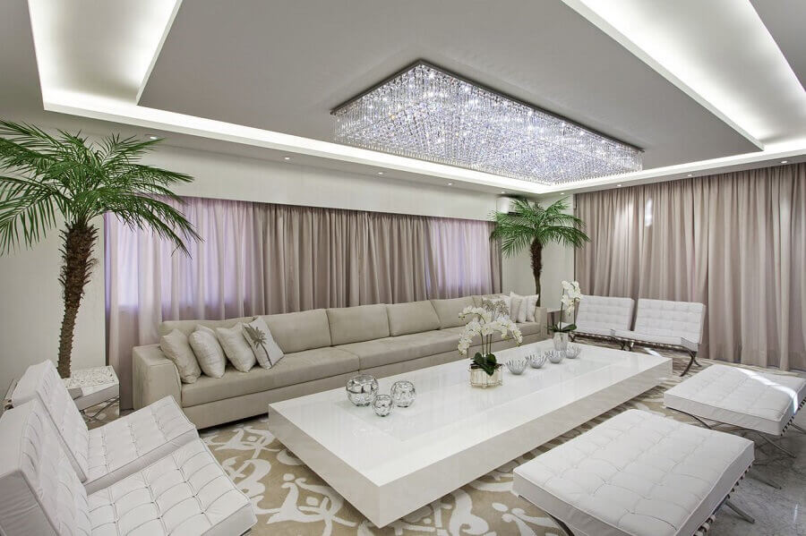 decoração sofisticada com lustre de cristal para sala ampla Foto Iara Kilaris