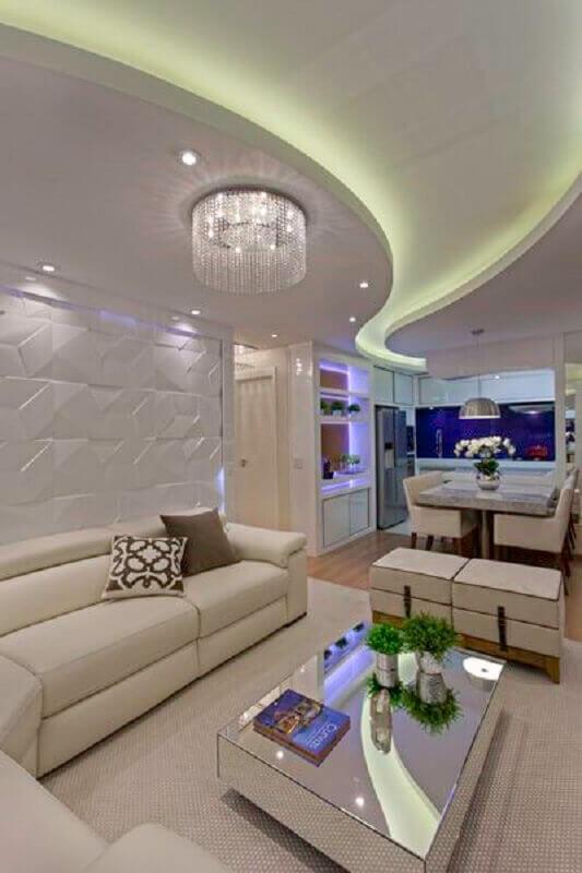 decoração sofisticada com lustre de cristal para sala de estar com sofá branco e parede com revestimento 3D Foto Pinterest
