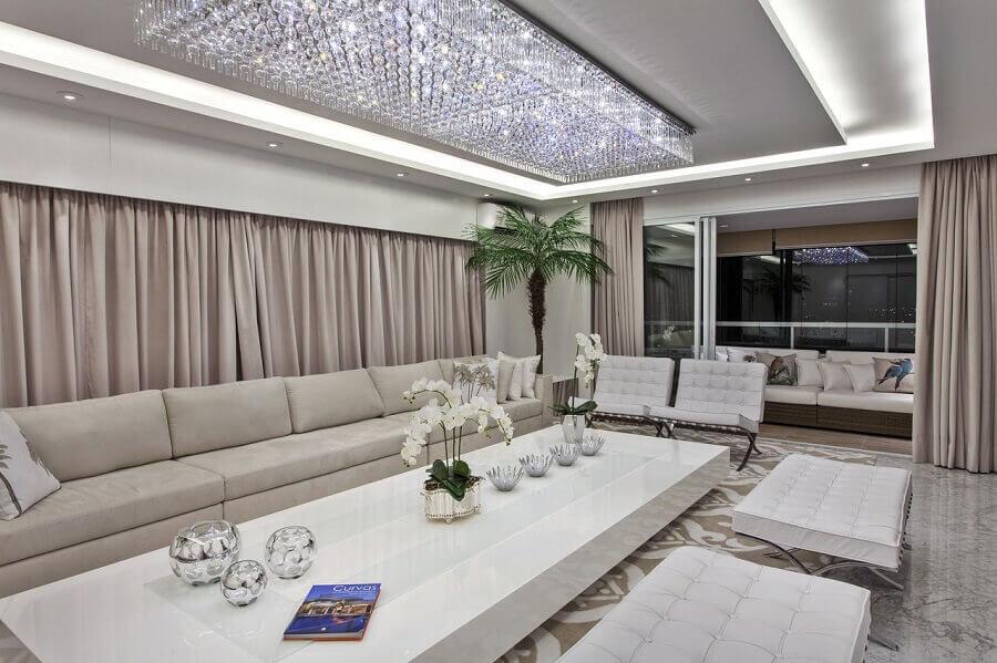 decoração sofisticada e clean com lustre de cristal para sala de estar Foto Iara Kilaris