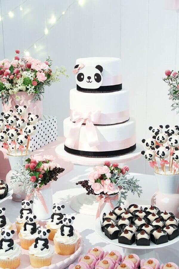 delicada decoração para festa de aniversário preto e branca com bolo três andares com tema urso panda Foto Constance Zahn