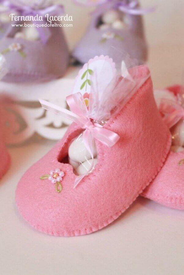 delicada lembrancinha de chá de bebê menina com sapatinho de feltro rosa  Foto Boutique do Feltro