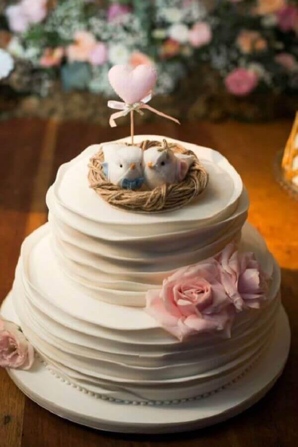delicado bolo de noivado simples dois andares decorado com ninho de passarinho e rosas cor de rosa Foto Casar em Campinas