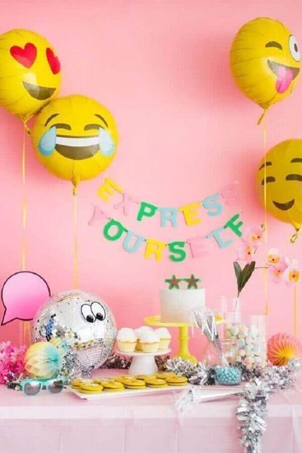 divertida decoração de aniversário simples com balões de emoji Foto Oh Happy Day!