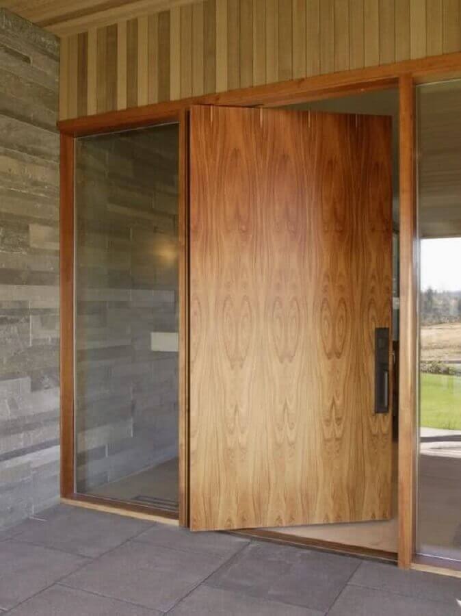entrada de casa com porta de entrada de madeira com laterais de vidro Foto Fresh Furniture