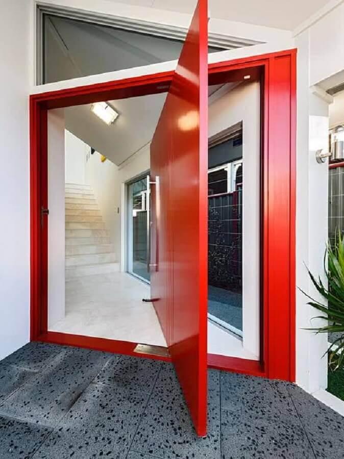 fachada com porta de entrada pivotante vermelha Foto 321 Achei