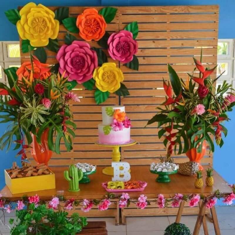 flores de papel para decoração de aniversário feminino com arranjos de flores naturais Foto Pinterest