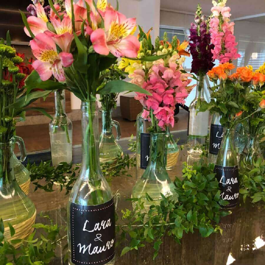 garrafas personalizadas com flores para decoração de noivado simples Foto Tableau by Lu Sallum