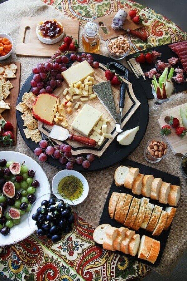 ideia de decoração para mesa de frios e frutas Foto A Minha Festinha