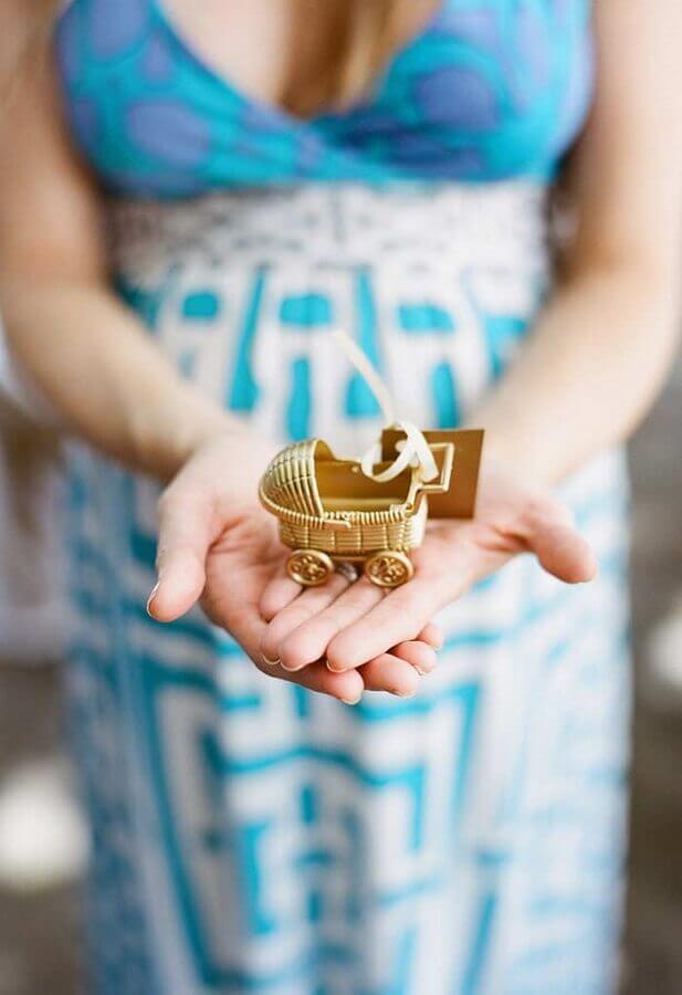 lembrancinha de chá de bebê com carrinho de bebê dourado  Foto Zozu