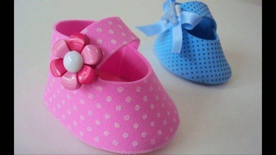 lembrancinhas de chá de bebê de eva com sapatinho azul e rosa Foto Aaron Guides
