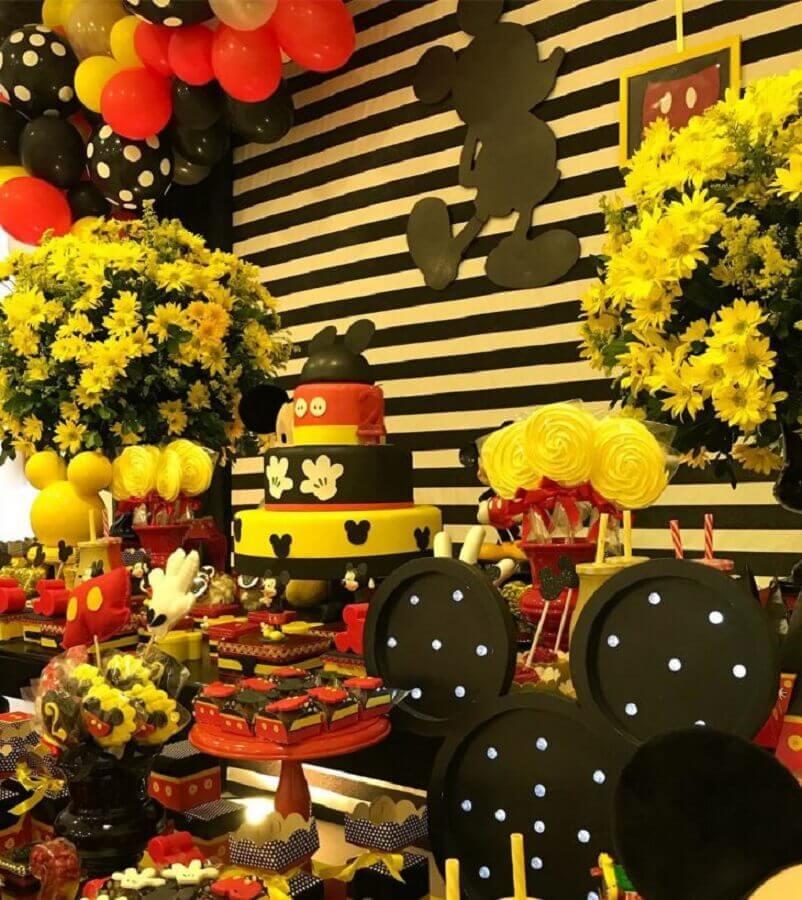 linda decoração do mickey com arranjos de flores balões e muitos doces Foto Jackie Sales
