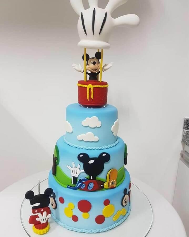 lindo bolo decorado do mickey com vários detalhes coloridos Foto Kélvia Miranda Biscuit