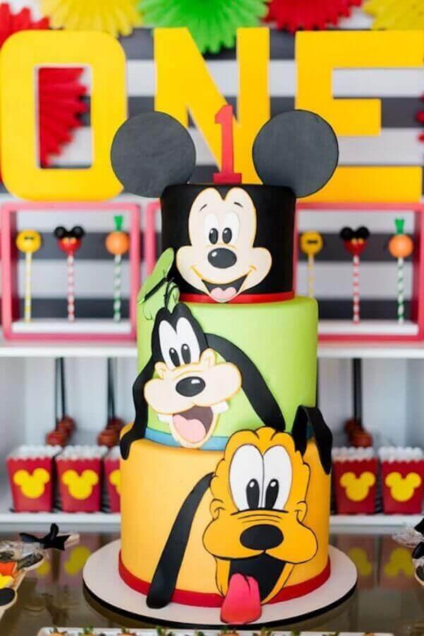 lindo bolo decorado do mickey pateta e pluto três andares Foto Rachel J Special Events