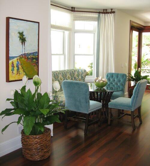 A sala de jantar pode ficar muito mais bonita com o lírio da paz