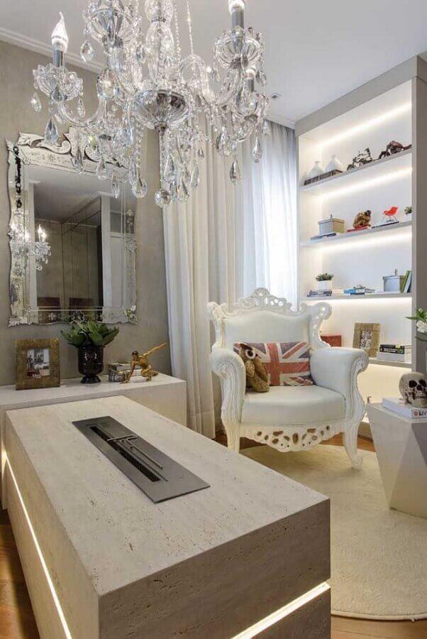 lustre de cristal para decoração de ambiente com nichos embutidos com iluminação e lareira Foto Joseph's Closet