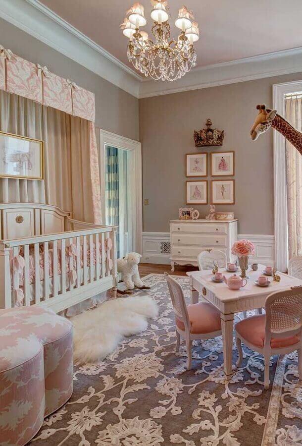 lustre de cristal para quarto de bebê com decoração em tons de rosa estilo princesa Foto Idées de décoration