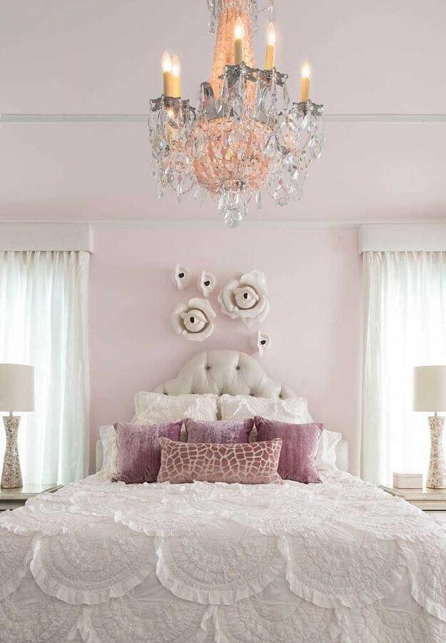lustre de cristal para quarto decorado em tons de rosa com estilo romântico Foto The Jet Set Blog
