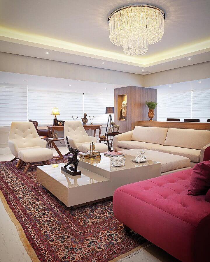 lustre de cristal para sala ampla e sofisticada decorada com tapete persa e poltronas brancas Foto Sandro Jasnievez Arquitetura