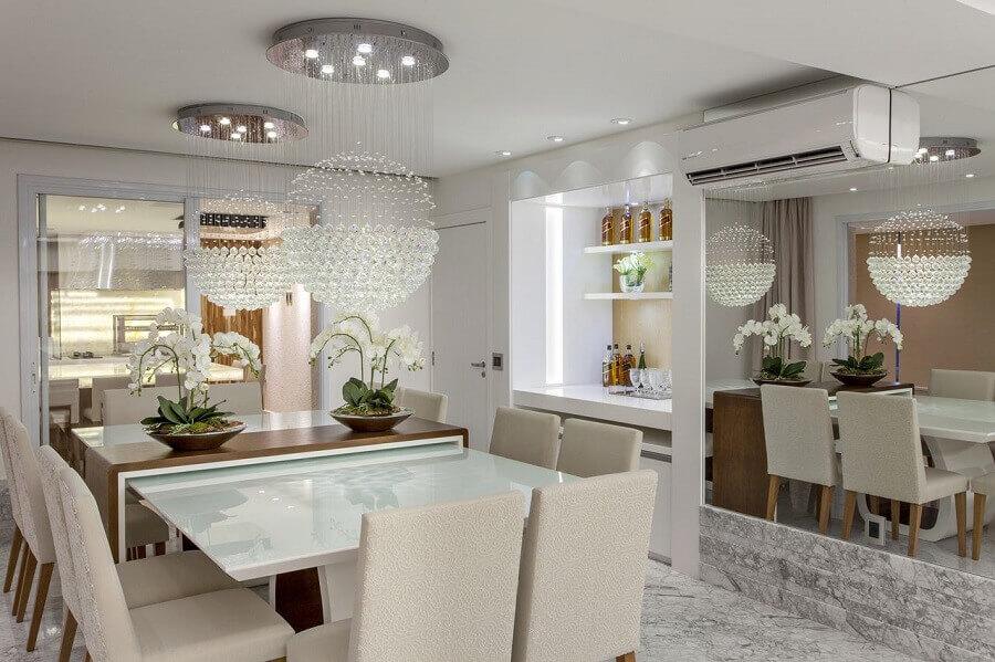 lustre de cristal redondo para decoração de sala de jantar pequena com parede espelhada Foto Iara Kilaris