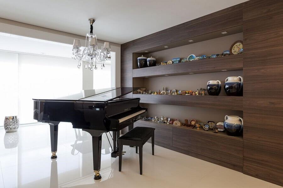 lustre pendente cristal para decoração de sala com piano e nichos embutidos Foto Mariana Luccisano
