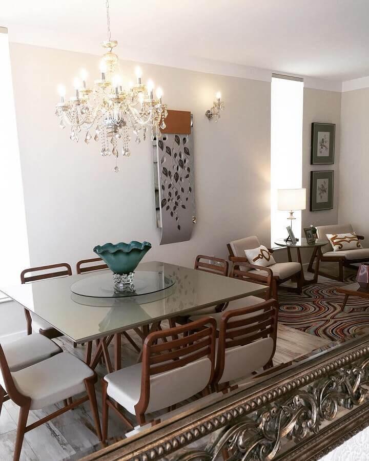 lustre pendente cristal para decoração de sala de jantar com mesa quadrada com cadeiras de madeira Foto Arte Nova Interiores