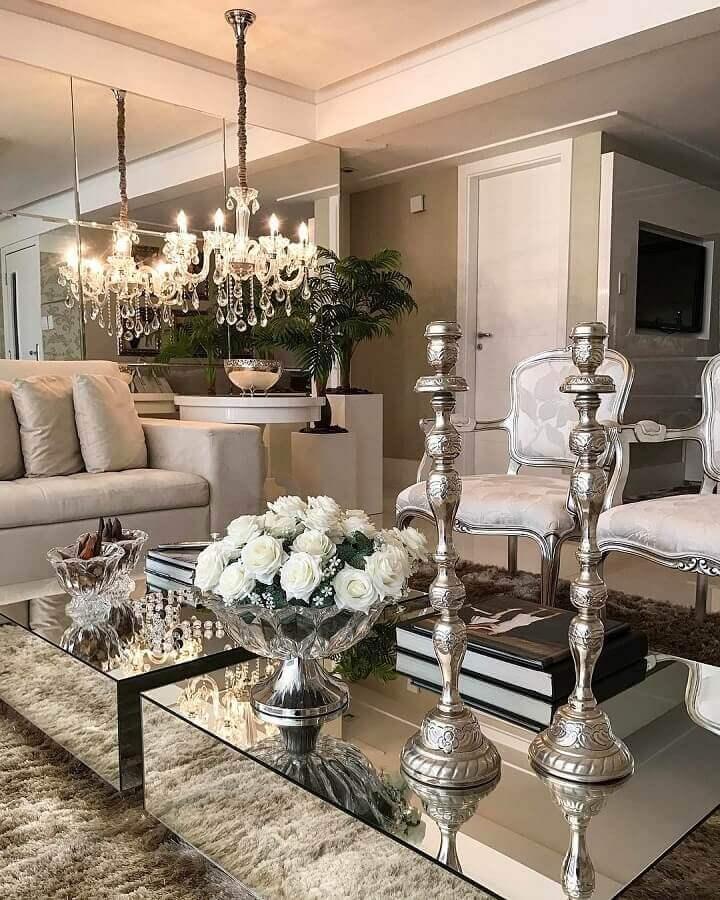 lustre pendente cristal para sofisticada decoração de sala com tapete felpudo e mesa de centro espelhada Foto Ana Comini