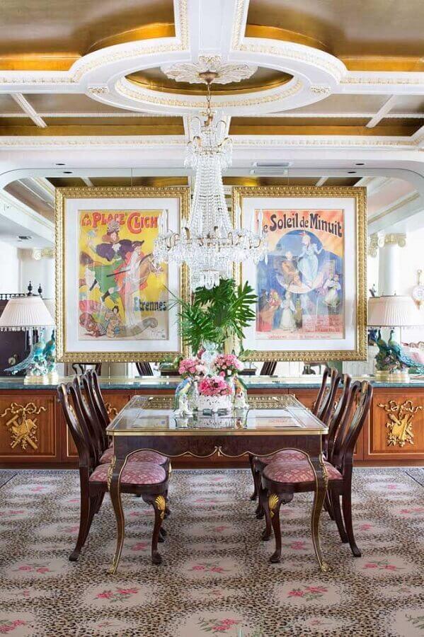 lustres de cristal para sala de jantar clássica decorada com mesa de madeira e grandes quadros Foto Sarasota Magazine