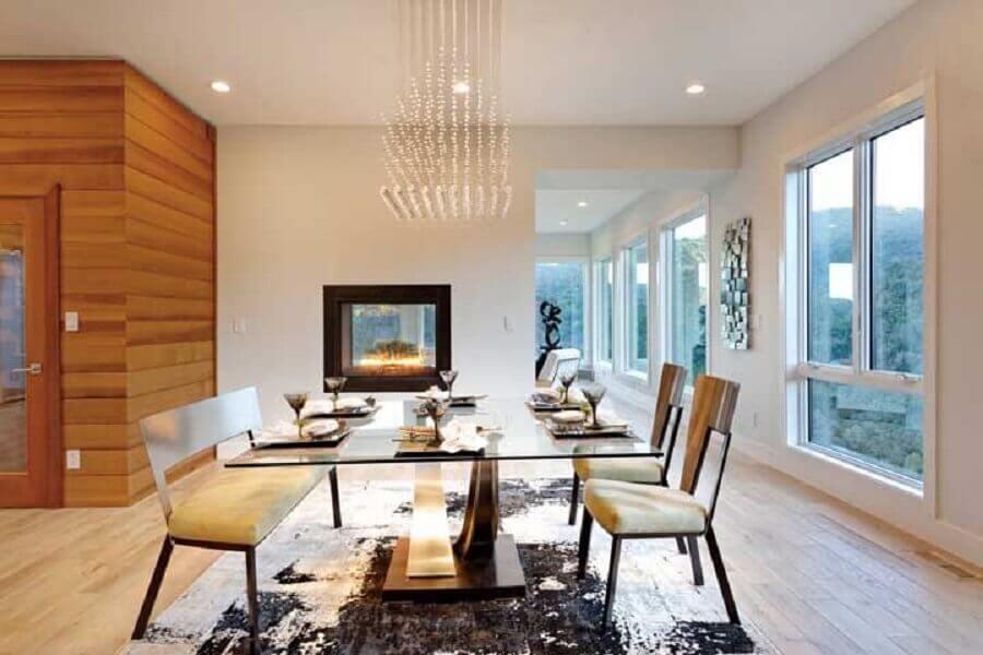 lustres de cristal para sala de jantar decorada com lareira elétrica e mesa de vidro Foto Architizer