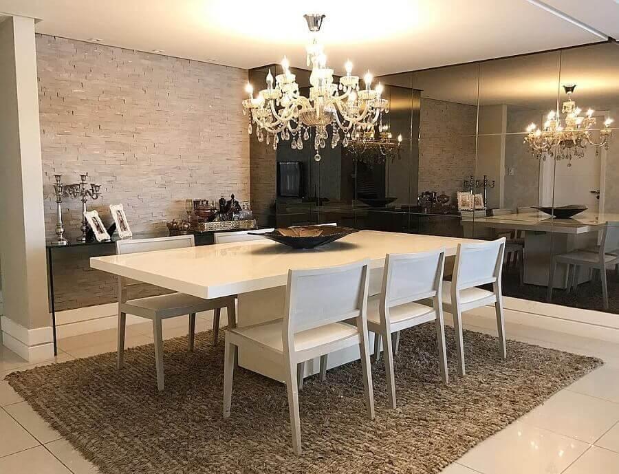 lustres de cristal para sala de jantar decorada em tons neutros com mesa e cadeiras brancas Foto Ana Comini