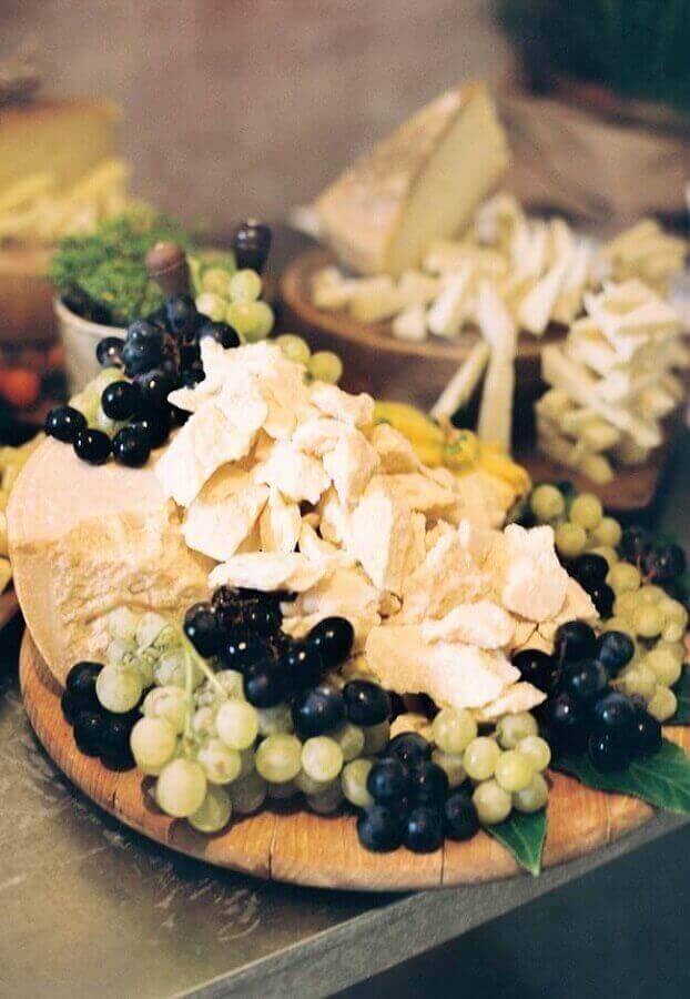 mesa de frios e frutas com decoração simples Foto Pinterest