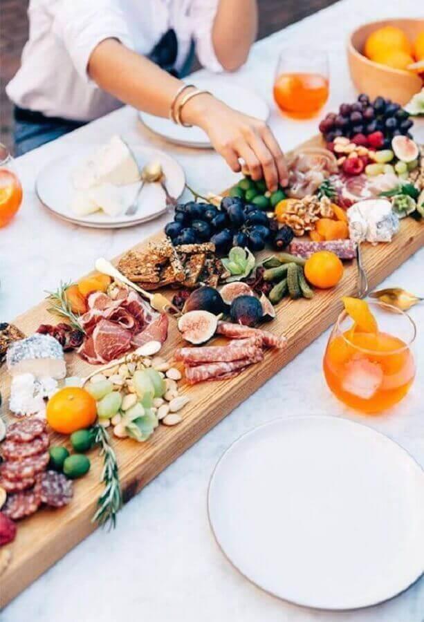 mesa de frios e frutas decorada com base de madeira Foto Pinterest