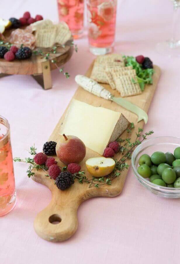mesa de frios e frutas decorada com tábuas de madeira em formatos diferentes Foto Pinterest
