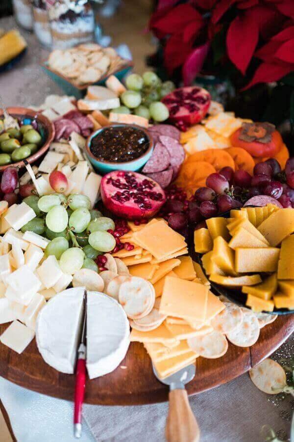 mesa de frios e frutas em tábua de madeira redonda Foto Muy Bueno Cookbook