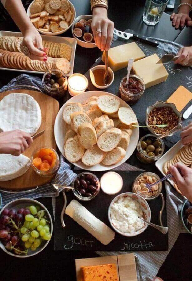 mesa de frios e frutas para festa com espaço para colocar nomes das comidas Foto Assetproject