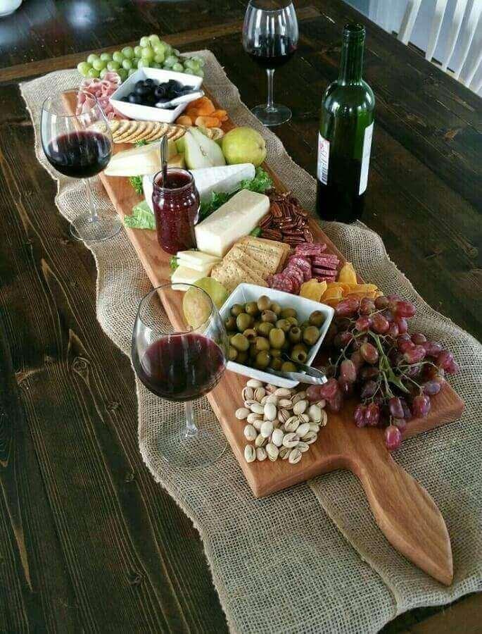 mesa de frios e frutas sobre tábua de madeira e toalha rústica Foto Pinteres