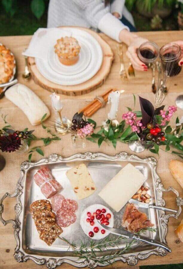 mesa de frios para casamento decorada com bandeja de prata e arranjos de flores Foto Pinterest