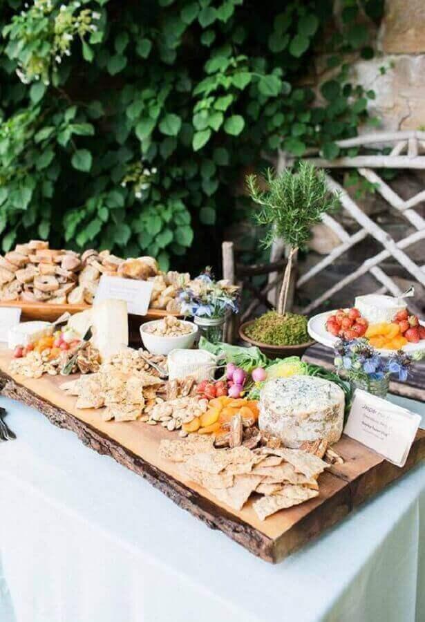 mesa de frios para casamento rústico ao ar livre Foto Style Me Pretty