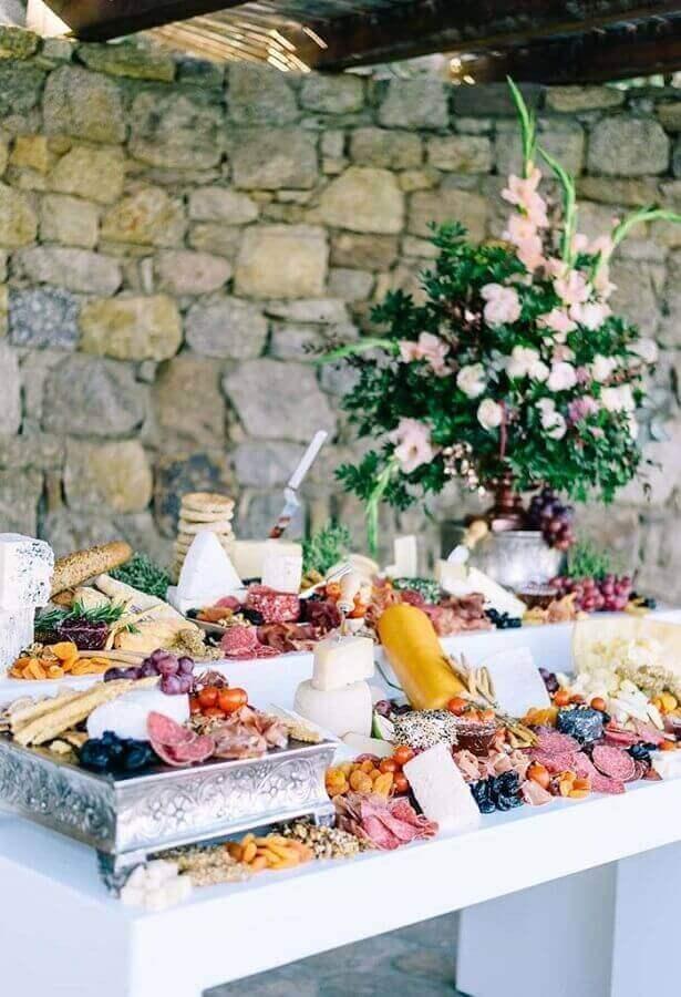 mesa de frios para casamento rústico com grande arranjo de flores Foto Air Freshener