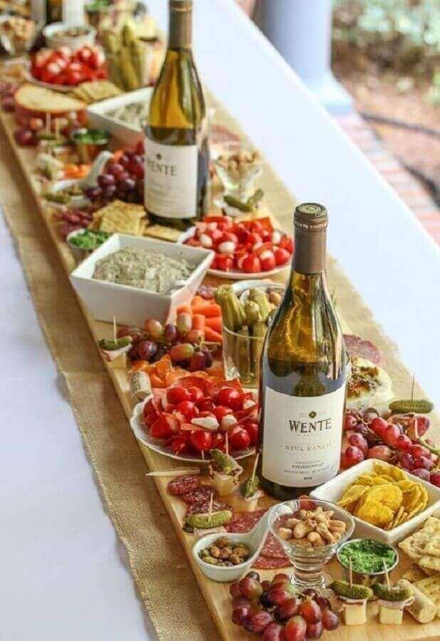 mesa de frios para casamento rústico com grande tábua de madeira e garrafas de vinho Foto Air Freshener